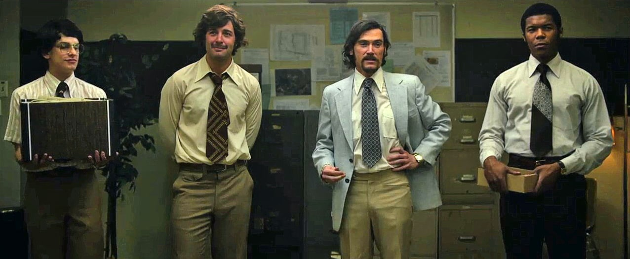 El Dr. Philip Zimbardo (Billy Crudup) y el staff que llevaría a cabo el Experimento de la cárcel de Stanford. © Courtesy of Sundance Institute