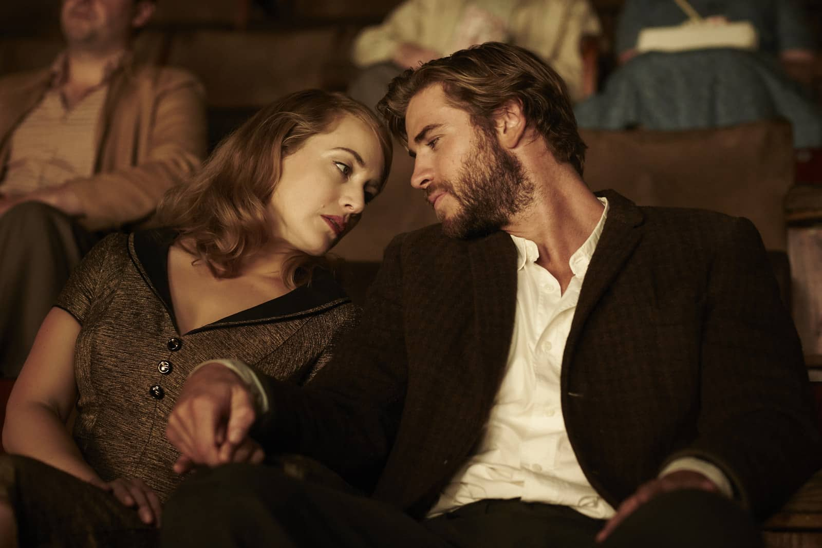Kate Winslet y Liam Hemsworth en 'The Dressmaker' (2015).