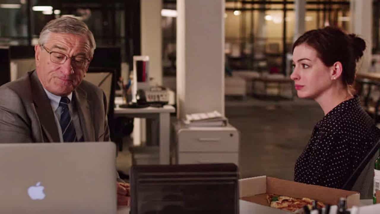 Cuando no tiene interrupciones, la química entre Robert De Niro y Anne Hathaway es muy disfrutable