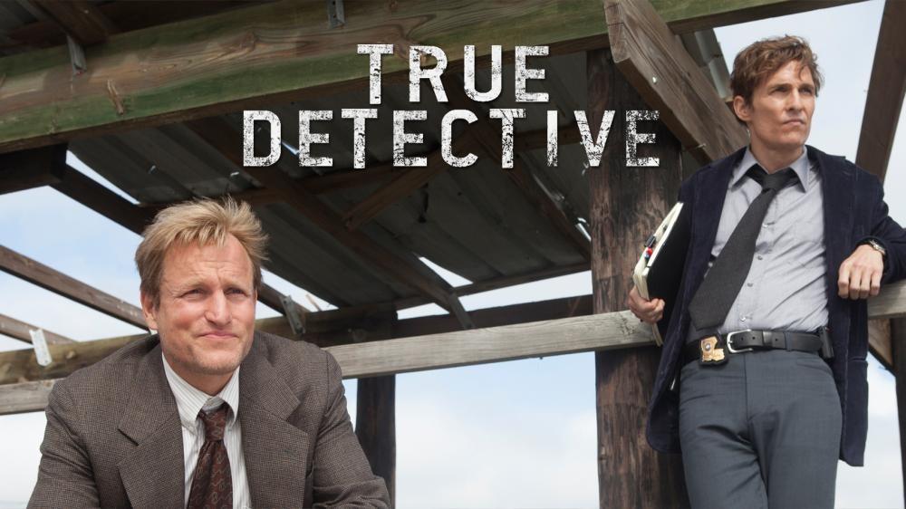 Promocional oficial de True Detective de HBO, creado por Nick Pizzolato y sus estrellas: Woody Harrelson y Matthew McConaughey (Izq. a Der.)